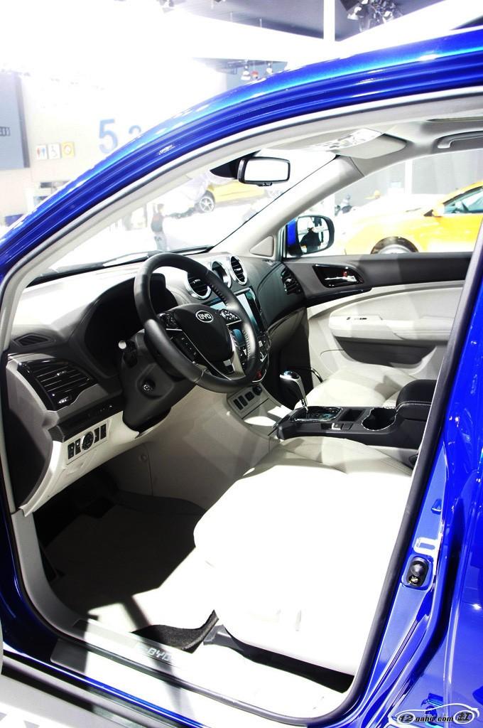 比亚迪S7的前脸设计十分独特,中网采用了类似眼镜样式的进气格栅设计,搭配带有LED日间行车灯的头灯与大面积的镀铬装饰条,看起来凸显档次。此外,前保险杠下方的黑色格栅设计,搭配底部的银色装饰条,为新车增分不少。    尾部方面,新车同样采用了LED尾灯设计,并且运用了双边双出扁平口排气样式,识别度很高。  比亚迪S7车身尺寸长宽高分别为4840/1855/1720mm,轴距则为2735mm。